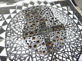 Découpe du cuir au motif mandala grâce au cutter de précision