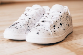 DIY baskets blanches peinture moucheté